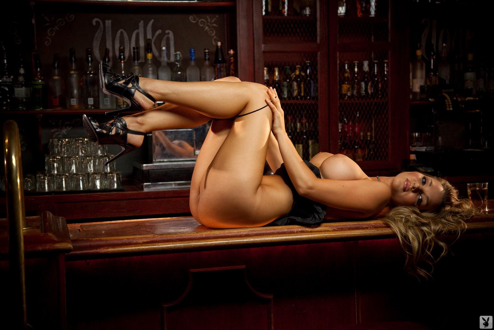 Видео голая девушка в баре — pic 13